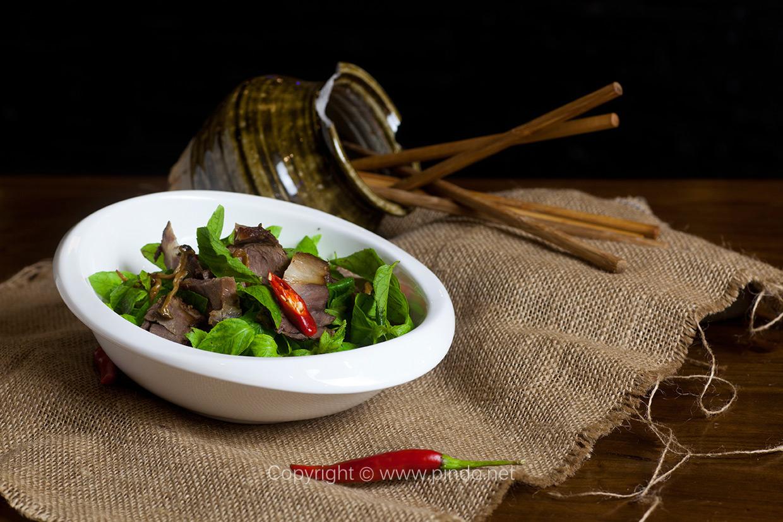 禾唐锦风尚云南菜独特,神秘,多元的民族文化,壮丽的自然景观,大自然赋予了云南永恒的魅力。云南菜也称滇菜,由三个地区的菜点特色构成。滇东北地区:因接近内地,交通较为便利,与中原交往较多,与四川接壤,其烹调、口味与川菜相似。其特点选料广,风味多, 以烹制山珍、水鲜见长。其口味特点是鲜嫩、清香回甜,酸辣适中,偏酸辣微麻,讲究本味和原汁原味,酥脆、糯、重油醇厚,熟而不烂,嫩而不生,点缀得当,造型逼真。 拍摄项目:禾唐锦风尚云南菜餐厅 拍摄地点:淄博茂业百货七楼 摄影师:于剑